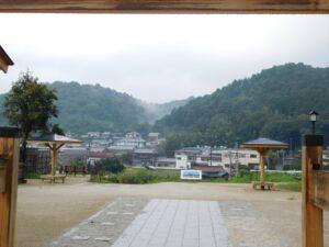 雨降る中の藤川の山