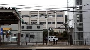 藤川駅プラットホームから見た藤川小学校