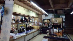 粟生人形店の店内