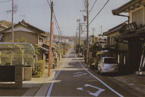街道左側に旧・高札場、右に粟生人形店がある。このあたりが藤川町と市場町の境である。